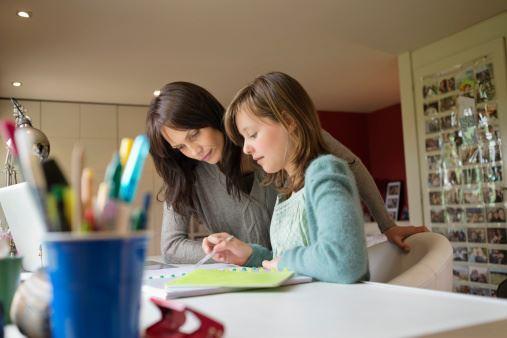 والدین و راهکارهای انگیزشی مفید برای انجام تکالیف مدرسه درکودکان و نوجوانان (قسمت دوم).. همراه با دکتر زهرا نوری روانشناس رشد کودک از دانشگاه ملبورن استرالیا