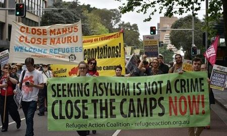 به پناهجویانی که در بازداشتگاههای مانوس و نائورو به سرمی برند اجازه اسکان در استرالیا داده شود
