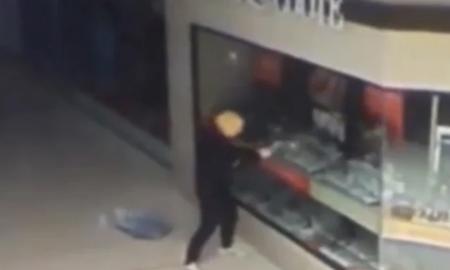 سرقت در بریزبن استرالیا با با ماسک دونالد ترامپ