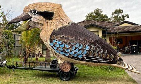 دکتر فروردين دليری، مجسمه ساز استراليايي-ایرانی،بزرگترین مدل پرنده استرالیایی کوکابورا را ساخت