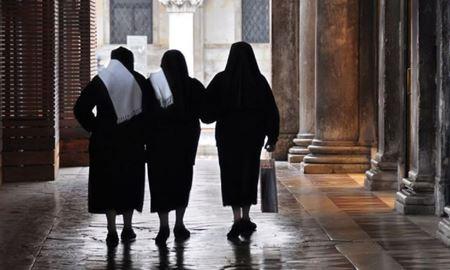 عدم تمدید ویزای یک راهبه کاتولیک در ایران