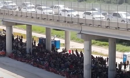 اسکان مهاجران زیر یک پل در آمریکا